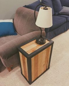 Pallet Side Table that Unique for Placing Room Lamps Making Pallet Furniture, Rustic Furniture, Diy Furniture, Quality Furniture, Industrial Furniture, Furniture Projects, Pallet Side Table, Pallet Patio, Pallet Sofa