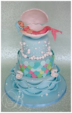 layers based on a great pin on pinterest, with a personal touch, mermaid made out of fondant, the shells made with isomalt Sugar , top layer with fondant Pearls made by the birthday girl (my daughter) by taart van Bianca