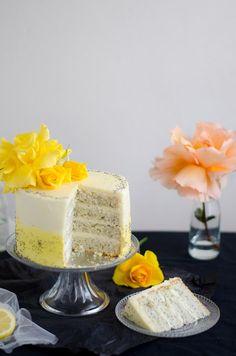 Um bolo em tons de amarelo, com sabor a limão da horta e a condizer com as rosas do jardim