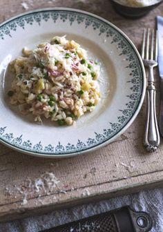 Cuisiner un risotto peut faire peur, mais avec un peu de patience, c'est un jeu d'enfant. Il suffit de quelques étapes et le tour est joué. Vous pourrez alors vous penser vraiment bon en recevant des convives et en leur servant ce classique dont tout le monde raffole.