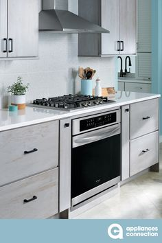 This Gallery Series Freestanding Gas Range by Frigidaire offers a 5 cu. capacity oven with a 5 burner cooktop. The range also features air fry, true convection, quick boil burner and steam cleaning option. Cool Kitchen Appliances, Cleaning Appliances, Best Appliances, Electric Wall Oven, Single Wall Oven, Stainless Steel Oven, Kitchen Storage Solutions, Steam Cleaning, Oven Racks