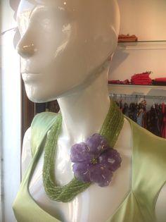 Fiore di ametista con fili di peridoto