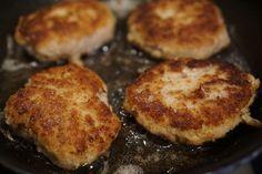 Kotlety mielone z ziemniakami i mizerią lub buraczkami to jeden z klasycznych niedzielnych obiadów. Jak jednak je przyrządzić? Mamy dla was tradycyjny przepis na kotlety jak u babci. Griddle Pan, French Toast, Muffin, Breakfast, Food, Morning Coffee, Eten, Cupcakes, Muffins