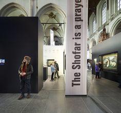 Jodendom. Een wereld vol verhalen was een tijdelijke tentoonstelling over het Jodendom voor de Nieuwe Kerk in Amsterdam. woud van teksten Zoals elke godsdienst probeert het jodendom een antwoord te geven op vragen over oorsprong, betekenis en doel van het leven. Het Boek, de Tenach, of de Hebreeuwse Bijbel (het Oude Testament) is voor jodenmeer ...