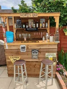 Why the bar need to be on your garden - can be like a nice spoiler on your garden. - extra shelf on the back - you will be barman on your own bar. - no where else your alco be more safe like in the bar. Outdoor Garden Bar, Garden Bar Shed, Outdoor Tiki Bar, Outdoor Pallet Bar, Backyard Bar, Outdoor Bars, Diy Pallet Bar, Rustic Outdoor Bar, Pallet Bar Plans