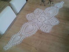 This Pin was discovered by Pın Crochet Designs, Crochet Patterns, Rose Ann, Irish Crochet, Crochet Doilies, Table Runners, Crochet Earrings, Diy Crafts, Crochet Table Runner