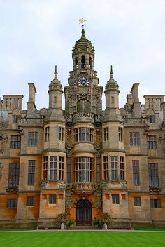 Harlaxton Manor, built in is a manor house located in Harlaxton, Lincolnshire, England. Was the site for one single year of Stanford's Overseas Britain campus. English Manor Houses, English Castles, Beautiful Castles, Beautiful Buildings, Mansion Homes, Palaces, Casa Real, Grand Homes, Beautiful Architecture