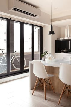 Apartment Ergonomic Seating In The Kitchen With White Countertop And Chairs Jazzy Apartment Interior for Children Friendly Space Urban Apartment, Apartment Interior, Apartment Design, White Dining Table, Dining Table Chairs, Kitchen Bar Design, Diy Kitchen, Contemporary Apartment, Kitchen Models