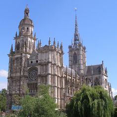 La cathédrale Notre-Dame d'Évreux est à joyau de la Normandie. C'est un musée architectural. Les arcades de la nef datent du 11°s alors que la majorité de l'édifice se rattache à la période gothique. La façade N du transept, en style flamboyant, est édifiée au 16°s. La façade occidentale marque le passage à la Renaissance. Les 2 clochers sont habillés d'un décor antiquisant foisonnant bien loin de la froideur Classique.L'architecture du 20°s s'invite  par l'intermédiaire du nouvel orgue Classic Architecture, Gothic Architecture, Architecture Design, French Cathedrals, Christian World, Religious Architecture, Cathedral Church, Majestic Animals, Chapelle