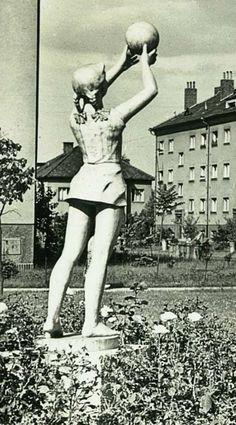 "U panenky""-parcik a socha,ktera byla svedkem,mnoha,lumparen deti ze ""stareho sidliste"" Ulice Mikolase Alse,socha byla v blizkosti MS"" Bachmacska. Ms, Ballet, Retro, Historia, Ballet Dance, Retro Illustration, Dance Ballet"
