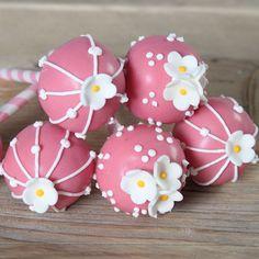 Deze prachtige roze cake pops zijn geschikt voor alle gelegenheden! De pops hebben een verrassende aardbeiensmaak. Dit dankzij het gebruik van flavoured chocolate melts. Ook ideaal voor een sweet table!