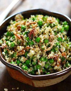 Une salade, green, glam et gourmande qui croustille sous la dent entre graines de quinoa et petits pois frais. Pour une note de fraîcheur, on découpe quelques têtes de coriandre, de persil plat ou de basilic. Les non-végétariens peuvent ajouter des morceaux de poulet grillé !Equilibrée, fra�...