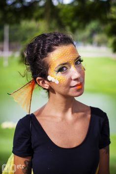 """Fantasia de peixe voador: temos! E olha as dicas da Ana:   -Pra maquiagem: meia arrastão e tinta acrílica no rosto – para durar mais!   -Misturar purpurina com protetor. """"Para não esquecer de se proteger do sol, nem de brilhar!"""""""