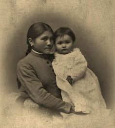Annette Suisson holding her daughter, Eunice - Chiricahua Apache - 1888 soooo beautiful! Native American Children, Native American Regalia, Native American Pictures, Indian Pictures, Native American History, Native Indian, Apache Indian, First Nations, Native Americans