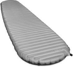 Le tapis de sol NeoAir XTherm est le plus chaud de la gamme Thermarest NeoAir. Les barrières réfléchissantes permettent au XTherm d'être chaud et utilisable toute l'année. Il est livré avec un sac pompe et un kit de réparation. Disponible en tailles Regular et Large. R-Value de 5,7 soit un usage jusqu'à -20 °C.