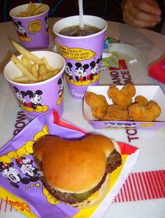 Yummy Looking Mickey Meals from Tokyo Disney What's a trip to the happiest place on earth if you can't have a Mickey Mouse shaped hamburger to eat? I'm off to Tokyo Disney to grab a bite of Mickey's ears. Disney Desserts, Disney Snacks, Disney Themed Food, Disney Souvenirs, Disney Recipes, Comida Disneyland, Tokyo Disneyland, Disneyland Halloween, Cute Food