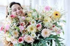 Na een forse terugval in de jaren 2008-2012, doen de bloemisten het voor het derde jaar op rij goed. De toekomst ziet er weer rooskleurig volgens Marco Maasse,directeur van branchevereniging van bloemisten. -groene kamerplanten zijn weer helemaal in -ruim 11% van de bloemen worden via het internet verkocht