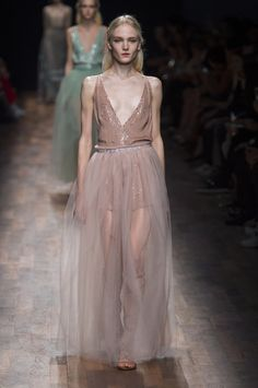 Modne sukienki - wiosna lato 2015, Valentino, fot. Imaxtree