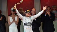 Nico Rosberg - Monaco 2015 E assim seria, se a corrida continuasse sob o regime de safety car virtual inicialmente adotado. Os pilotos recebem um sinal eletrônico no volante do carro e passam a ter um limite de velocidade. As diferenças são mantidas. Porém o diretor de prova, Charlie Whitting, logo entendeu que era caso de um safety car real. Aí a tendência é os carros se reagruparem. Isso fez a vantagem do líder cair para algo em torno de 18 segundos. Número só conhecido depois que os…