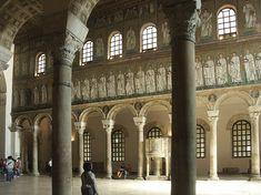 Basilica di Sant'Apollinare Nuovo, visione della navata centrale, dotata di decorazioni musive in fasce inferiore e superiore, e della laterale destra da quella sinistra, ca 568. Ravenna