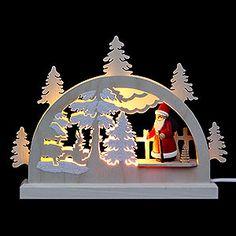 Der Schwibbogen mit Weihnachtsmann erhellt die dunkle Jahreszeit. Er ist Teil der traditionellen deutschen Weihnachtsdekoration und Winterdekoration.