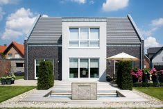 Innenliegendes Satteldach als Alternative für die Dachkonstruktion. Hier auch mit kubistischem Erker. Kontrast Klinker Erker ist schlecht, Fenstergrössen auch nicht gut.