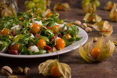 STAN WYJĄTKOWY. Sałatka z miechunką, winogronami, mozzarellą, kabanosami, rukolą i pistacjami.