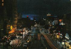 """Antwerpen, de Keyserlei """"by night"""", jaren 1960, links het """"Keizershof"""" en het """"Century Hotel""""."""