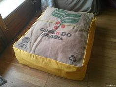 Fabriquer un pouf en toile de jute de lin à partir d'un sac de café recyclé.