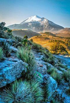 Volcán Citlaltépetl o Pico de Orizaba, en los límites de los estados de Puebla y…