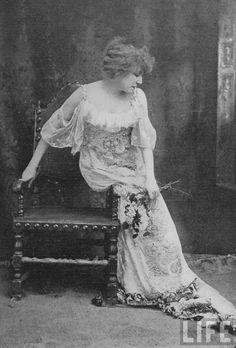 lunawoman:  Sarah Bernhardt as Camille in la dame aux camélias