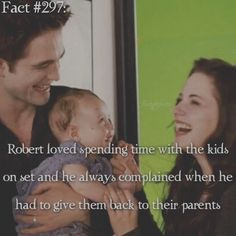 Rebert loved spending time with the kids Twilight Jokes, Twilight Saga Quotes, Twilight Saga Series, Twilight Series, Twilight Movie, Twilight New Moon, Twilight Wedding, Edward Bella, Edward Cullen