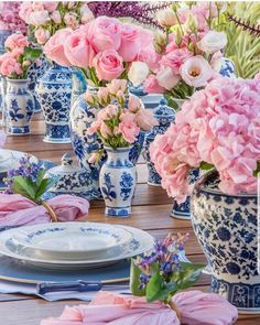Easter tablescape decor inspiration for your Easter brunch at home. Adorable Easter dinner decor ideas, from bunnies, to eggs, flowers, plates and more. Blue Table Settings, Beautiful Table Settings, Tables Tableaux, Keramik Vase, Chinoiserie Chic, Blue And White China, Decoration Table, White Decor, Event Decor