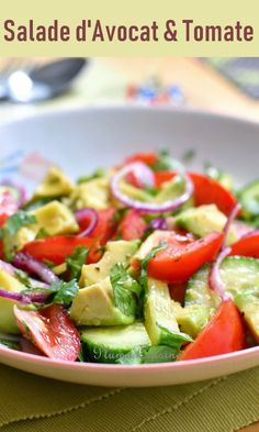 This avocado and tomato salad is a delicious combination, with a very light vinaigrette to fully appreciate the taste and freshness of the salad. A simple exotic salad as a starter for lunch, or a light dinner in the evening. Easy Salads, Healthy Salad Recipes, Veggie Recipes, Macaroni Salad, Dinner Salads, Entrees, Food And Drink, Healthy Eating, Vinaigrette
