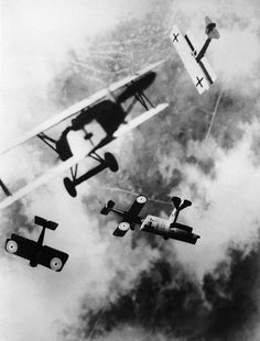Dogfight over the Western Front, 1 World War, Bettmann Collection, photo, planes in the air, flying, cloudy sky, history.