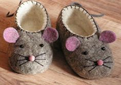 Cute little felt mouse slippers. You are going to love these adorable Felt Baby Shoes and we have a very easy video tutorial that shows you how. Get your PDF Pattern too. Please mom pleeease Felt baby shoes for a boy or girl - adorable mouse with pink ear Baby Uggs, Baby Boots, Ugg Boots, Kids Boots, Baby Sewing, Free Sewing, Baby Shoes Tutorial, Felt Baby Shoes, Kids Slippers