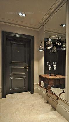 Прихожая в классическом стиле. Темная деревянная дверь в сочетании с резной деревянной мебелью