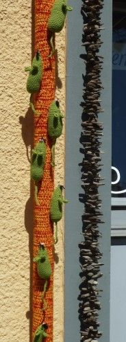 Tricotage urbain à Echallens : j'adore ! Love these tiny mice, lovely example of urban knitting!