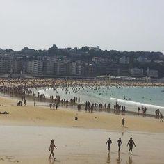 San Sebastián beach #holidays #travel #sunday #instatravel #travellerslife #beach #sun #sea #basquecountry #sansebastian #donostia #people #busy #sunny #happy #boats #waves #holiday #travel #tour #beautiful #tourism #relax #sunbathe #people #walking #sand