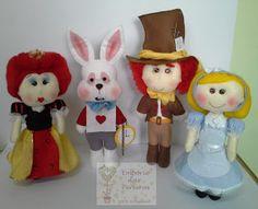Empório das Pereiras: Alice no Pais das Maravilhas Alice, Christmas Ornaments, Holiday Decor, Blog, Wreaths, Dads, Feltro, Christmas Jewelry, Christmas Baubles