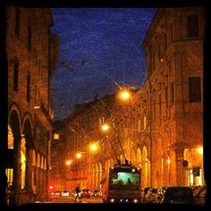 Bologna, Via Santo Stefano di notte, foto di Marco Nenzioni