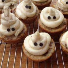 Einfacher gehts nicht und man hat im Nu lustiege Halloween Geister Cupcakes. Anleitung und Rezept gibts auf Allrecipes @ de.allrecipes.com