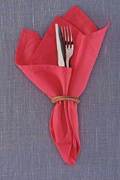 Vai se livrar das cortinas velhas? Se elas forem de argolas, guarde-as para improvisar um anel de guardanapo | Rogério Voltan/Editora Globo | napkin