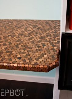Penny covered tabletop / desktop. Very detailed instructions on how they did it. Saw this technique used on a bathroom floor in a restaurant and fell in love. It was gorgeous. Don't think hubby will ever let me do it on the floor...but a table...maybe...just maybe.