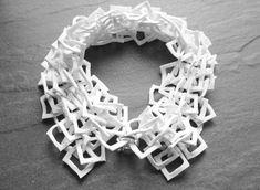 Claire Marfisi / Collier en carrés de porcelaine