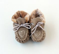 """Boots & Booties – Baby booties """"First Steps"""" crochet shoe slippers – a unique product by Lefu-Shop on DaWanda Leather Texture, Soft Leather, Baby Sheep, Baby Slippers, Crochet Shoes, Organic Baby, Baby Booties, Handmade Baby, Beautiful Babies"""