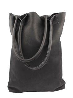 La maison Victor <3 grote, stoere tassen.  De LBD kun je combineren met een stoere, grote tas..