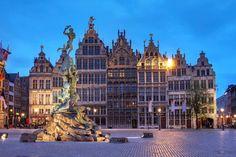 Antwerpen, le nom néerlandais d'Anvers vient d'une légende ! C'est au soldat romain Silvio Brabo, qui tua le géant Druoon Antigoon qu'on doit la libération de la ville. Il jeta alors la main du vaincu dans l'Escaut, d'où le nom 'hand = main et werpen = jeter'  ;)