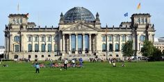 Erneut gab es einen Hackerangriff auf deutsche Parteien - die Regierung ist alarmiert.Der Hackerangriff sei am 7. September der NATO und dem Bundesnachrichtendienst aufgefallen, die daraufhin das Nationale Cyber-Abwehrzentrum alarmierten. Dort wurde der Fall so ernst genommen, dass am 9. September der Chef des BSI die Fraktionen im Bundestag darüber informierte.