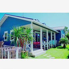 女性で、Entrance/外観/ウッドデッキ/アメリカン/カリフォルニア/平屋/西海岸/ヤシの木/アメリカンヴィンテージ/アメリカンハウス/ビーチハウス/ココスヤシ/アーリーアメリカン/サーファーズハウス/カバードポーチ/海を感じる家についてのインテリア実例。 (2016-09-04 13:04:42に共有されました)